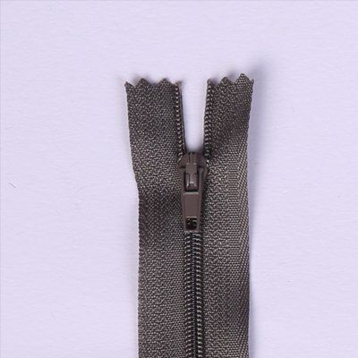 Spirálový zip v tmavě šedé barvě 20cm I-3C0-326